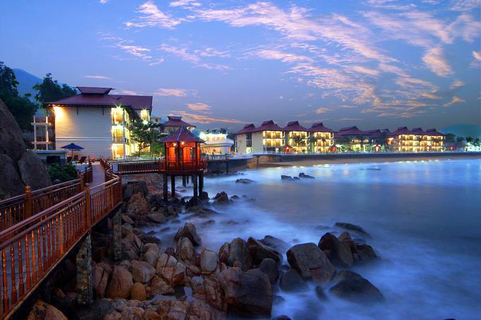 Anantara Quy Nhơn Villas  Khu nghỉ nằm riêng biệt trong một vịnh nhỏ, hướng nhìn ra vùng biển trong xanh màu ngọc bích. Nơi này có 26 villa với quy mô từ một đến hai phòng ngủ. Các căn nằm xen kẽ trong khu vực rộng 7,2 ha được bao quanh bởi vườn cây nhiệt đới. Du khách nghỉ tại đây có cơ hội trải nghiệm các dịch vụ như hồ bơi riêng, dịch vụ quản gia, những gói trị liệu spa tinh tế cùng hàng loạt hoạt động độc đáo kết nối du khách với văn hóa địa phương. Giá mỗi đêm nghỉ cho 2 người tại đây dao động khoảng 9 - 22 triệu đồng.