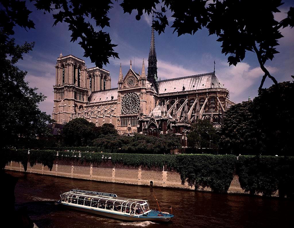 """1. Nhà thờ Đức Bà Paris (tiếng Pháp: """"Cathédrale Notre-Dame de Paris"""") được xây dựng từ cuối thế kỷ 12, tọa lạc ở đảo Cité trên sông Seine ở thủ đô Paris. Nơi đây từng bị huỷ hoại vào cuối thế kỷ 18, thời gian diễn ra cuộc Cách mạng Pháp (1789). Công cuộc trùng tu được chỉ đạo bởi kiến trúc sư Eugène Viollet-le-Duc và phải đến cuối thế kỷ 19 mới kết thúc. Ảnh: Getty."""