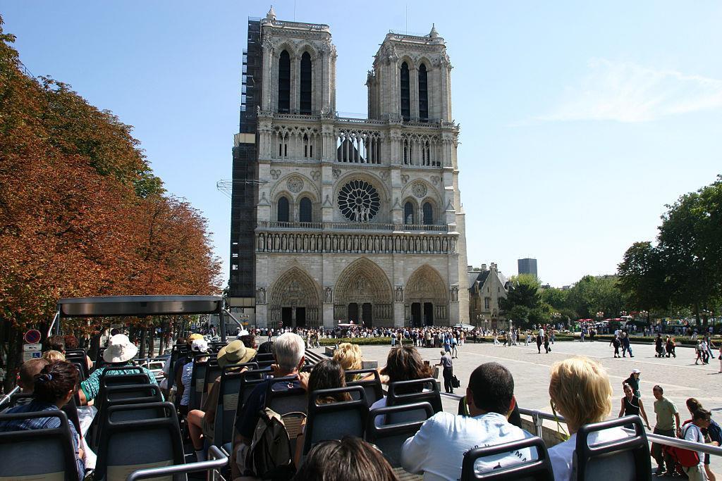4. Tháp Eiffel có vẻ nổi tiếng hơn, nhưng nếu tính trên số lượng khách du lịch đến thăm thì Nhà thờ Đức Bà mới là địa điểm hút khách nhất ở Paris. Theo Guardian, có 13 triệu lượt khách đến đây mỗi năm, gần gấp đôi so với con số 7 triệu của tháp Eiffel. Ảnh: Getty.