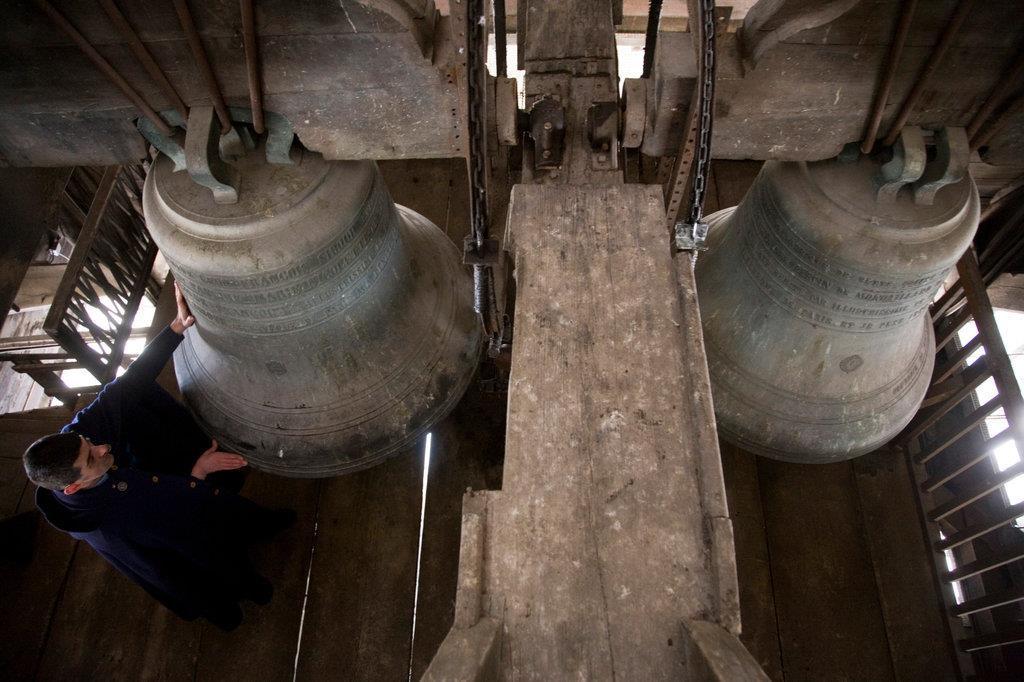 """5. Những quả chuông lớn được xem như một """"báu vật"""" của Nhà thờ Đức Bà Paris, trong đó có quả chuông nặng tới 13.000 kg cùng cây rung chuông nặng 500 kg. Muốn chiêm ngưỡng chúng, du khách phải đi qua 140 bậc cầu thang. Ảnh: The New York Times."""