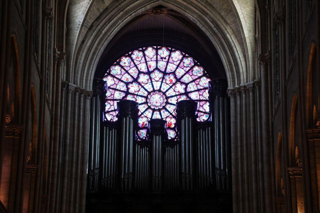 6. Cửa sổ hoa hồng tại Nhà thờ Đức Bà Paris là một tác phẩm nghệ thuật tranh kính nổi tiếng khắp thế giới. Ánh sáng chiếu qua cửa kính, khi vào nhà thờ sẽ biến đổi thành các màu sắc khác nhau với ý nghĩa nhắc nhở mọi người: mỗi người như một sắc màu, ai ai cũng đặc biệt. Ảnh: Getty.