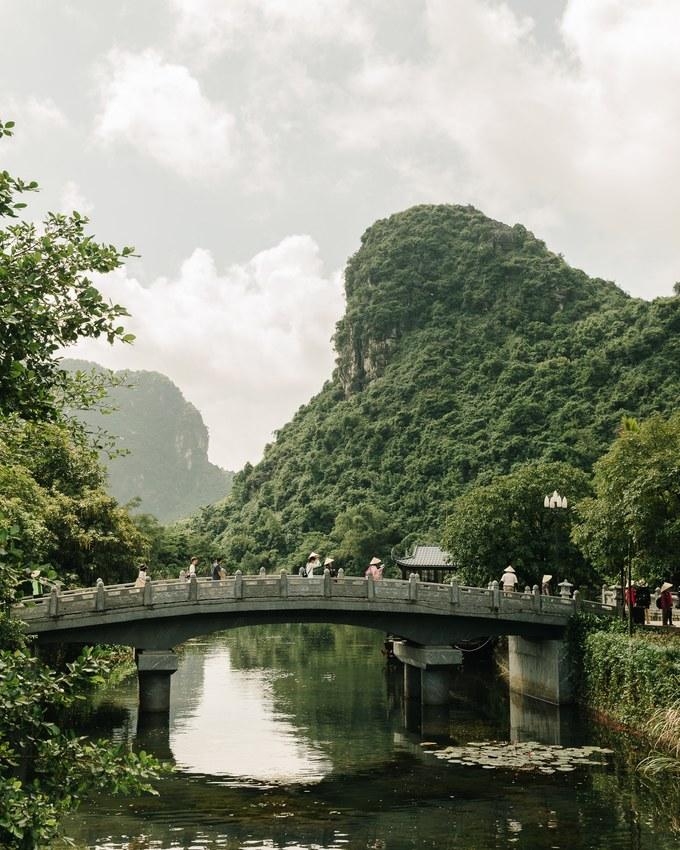 Cây cầu đá dẫn vào Tràng An (Ninh Bình).