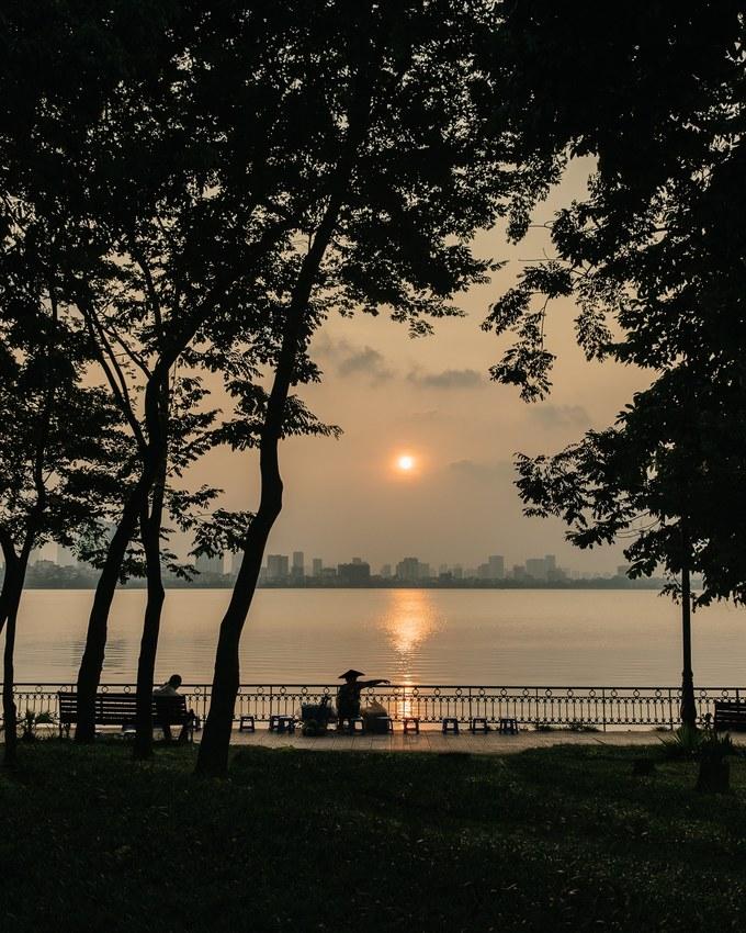 Chiều hoàng hôn ở hồ Tây (Hà Nội).