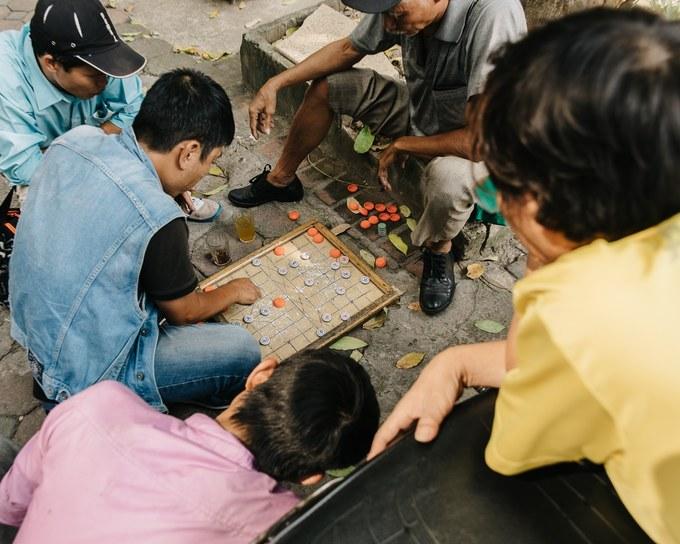 Những người đàn ông chơi cờ tướng trên vỉa hè Hà Nội.