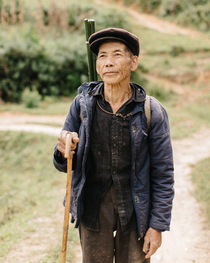Một người nông dân tên là Phuc Tran được Faingnaert hỏi chuyện và chụp ảnh trên đường.