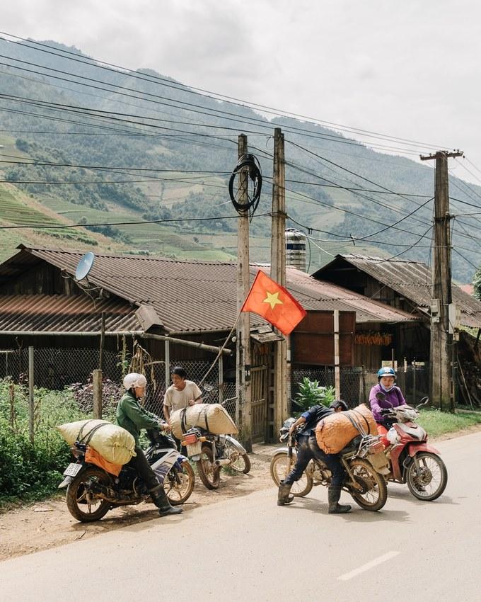 Cảnh sinh hoạt thường nhật của người dân dọc theo cung đường Hà Nội - Mù Cang Chải. Bằng cách tập trung vào những chi tiết nhỏ trong cuộc sống hàng ngày, nhiếp ảnh gia mang đến một cái nhìn chân thực về cuộc sống ở Việt Nam, từ cảnh người dân gặt lúa, một người thợ cắt tóc vỉa hè... Nhưng khi qua ống kính của Faingnaert, tất cả trở thành nghệ thuật.