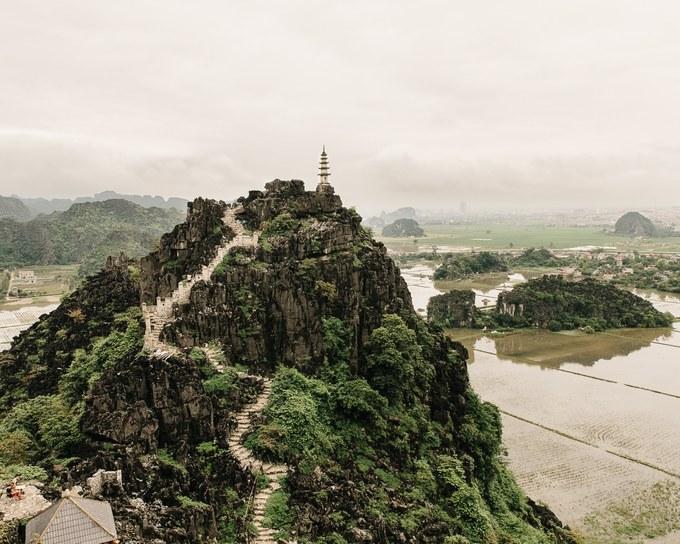 Toàn cảnh nhìn từ đỉnh núi Múa (Ninh Bình) khiến bao du khách ngất ngây. Chuyến đi lần này, nhiếp ảnh gia đơn thương độc mã rong ruổi khắp các nẻo đường để tìm kiếm cảm hứng sáng tác
