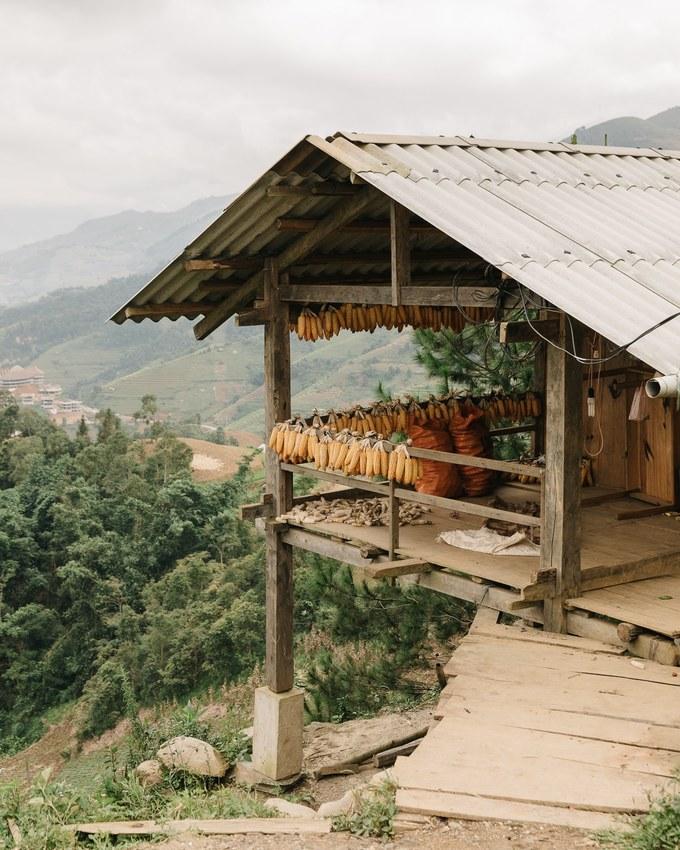 """""""Khi đi du lịch, tôi luôn cần bạn bè xung quanh để chia sẻ những khoảnh khắc. Và lần đầu tiên đi một mình này, tôi cảm thấy hơi trống trải. Đó là lý do vì sao tôi muốn chụp thật nhiều như một cách lấp đầy khoảng trống và làm tư liệu mỗi khi nhớ lại những ngày ở Việt Nam"""", anh nói. Trong ảnh là một căn nhà đơn sơ nơi người dân đang phơi ngô ở Chế Cu Nha, huyện Mù Cang Chải."""