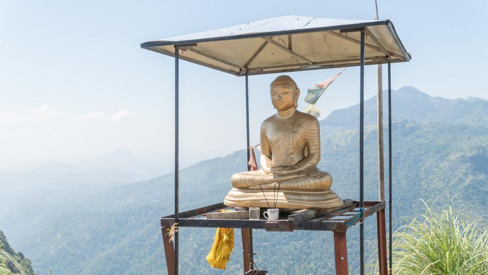 Tượng Phật trên đỉnh núi.