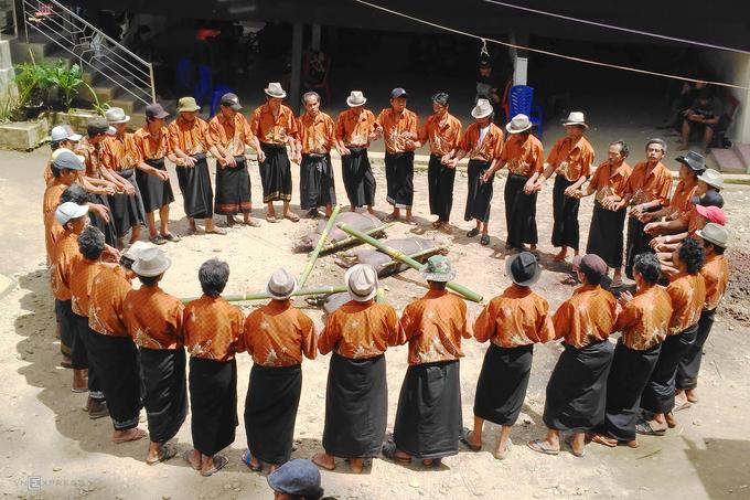"""Được hầu hết các sách du lịch giới thiệu là nghi thức chôn người chết trên những vách đá hay mái những ngôi nhà truyền thống tongkonan. Lễ tang của cộng đồng người Toraja được coi là sự kiện xã hội quan trọng, hàng trăm người tham dự và kéo dài trong vài ngày.  Đối với người Toraja, cái chết không phải là một sự kiện bất ngờ, không mang đau buồn. Đó là ngưỡng quan trọng để bước sang thế giới Puya - thế giới của linh hồn. Có lẽ vì vậy mà nơi đây còn được mệnh danh là """"vùng đất của cái chết""""."""