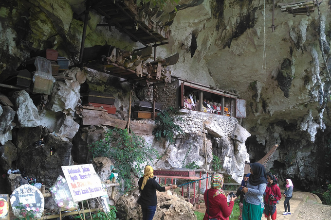 Hình thức an táng của người Toraja khá đa dạng. Nếu có đủ điều kiện, gia đình sẽ mai táng người chết trong một ngôi mộ bằng đá được chạm khắc, đục đẽo sâu vào trong hốc đá tự nhiên trên vách núi. Việc này khá tốn kém và mất khoảng vài tháng để hoàn thành. Làng Lemo và Kete Kesu là nơi phổ biến hình thức này.