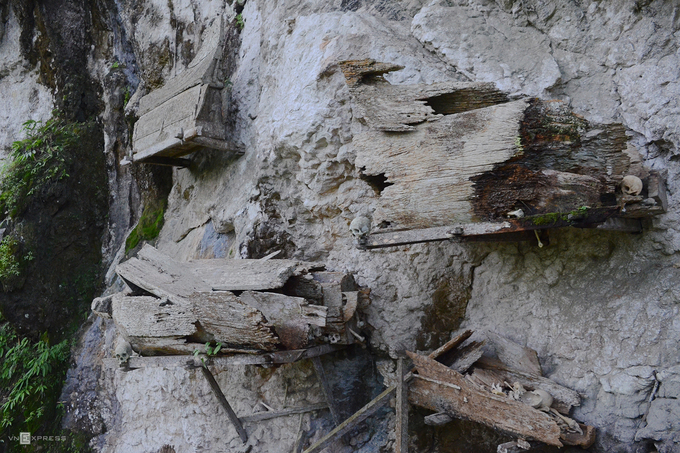 Đi xa hơn về phía bìa rừng phía nam Tana Toraja, bạn sẽ vào nơi người khuất được chôn cất bằng cách treo quan tài trên những vách đá cheo leo bằng tấm đỡ gỗ và dây thừng. Chiếc hòm sẽ nằm trên đó từ vài năm đến hàng chục năm trước khi rơi xuống đất. Ngoài ra, dân làng tạo nên những hốc đá có chiều dài khoảng 2 m rồi đặt những chiếc hòm vào trong. Hình thức này phổ biến ở làng Pala Tokke.