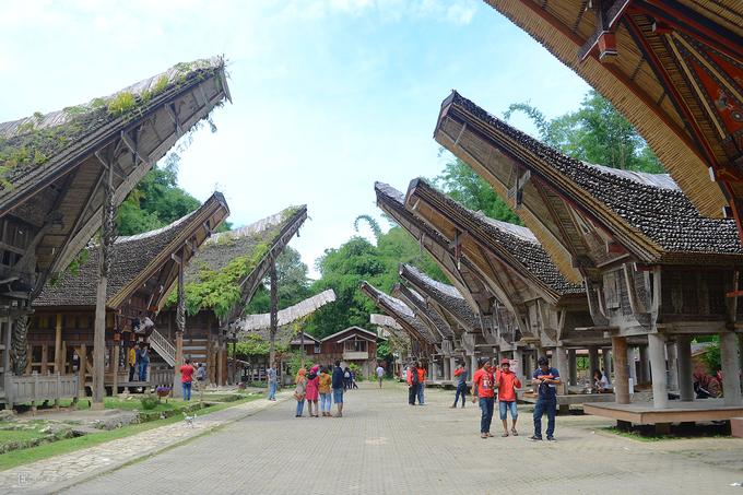 Trong xã hội Toraja, nghi thức tang lễ là sự kiện phức tạp và tốn kém nhất. Ngoài ra, khi đến đây, bạn đừng quên khám phá những ngôi nhà truyền thống của người Toraja. Kete Kesu là điểm đến luôn đông du khách.  Nội thất của một số tòa nhà trung tâm thị trấn, đặc biệt là nơi lưu trú dành cho du khách cũng được áp dụng các yếu tố truyền thống của Toraja. Khách nghỉ chân sẽ được đối xử như một người đang sống ở đây. Điều này sẽ khiến bạn cảm nhận rõ hơn về điểm đến nổi tiếng này.