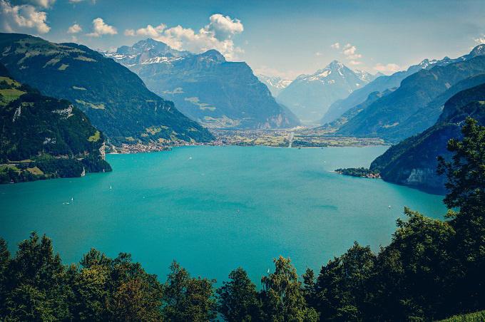 Hồ Geneva là hồ nước lớn nhất ở Tây Âu. Đứng bên hồ nhìn ra xa, du khách có thể chiêm ngưỡng vẻ đẹp của dãy núi Alps. Đến đây du lịch, khách còn được tham gia nhiều trò chơi thể thao dưới nước. Ảnh: Reddit.