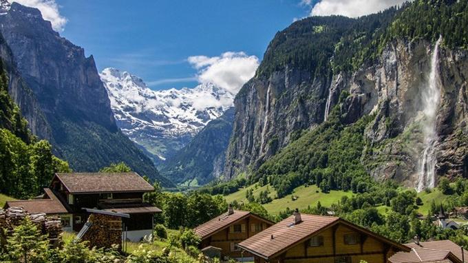 Thung lũng Lauterbrunnen là một địa điểm thử thách lòng can đảm. Nơi này có tới 72 thác nước lớn, trong số đó có thác ngầm lớn nhất thế giới Trümmelbach. Ảnh: Switzerland Tourism.