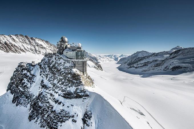 Nóc nhà châu Âu Jungfraujoch là nơi bạn có thể chiêm ngưỡng vẻ đẹp của núi Alps. Du khách sẽ tham gia chuyến tàu trên ga đường sắt cao nhất châu Âu khi tới đỉnh núi cao 3.454 m so với mực nước biển. Ảnh: Geographical.