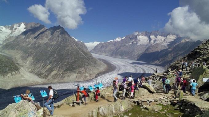 Sông băng Aletsch có chiều dài lên đến 23 km, bao phủ 120 km2. Vào mùa đông, cả dòng sông tự nhiên đều hóa thành mặt băng lớn. Ảnh: Myswitzerland.