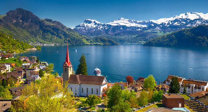Hồ Lucerne thu hút du khách bởi phong cảnh đẹp như tranh. Cây cầu gỗ Chapel cổ nhất châu Âu vắt qua con sông Reuss. Ảnh: Scubadiverlife.