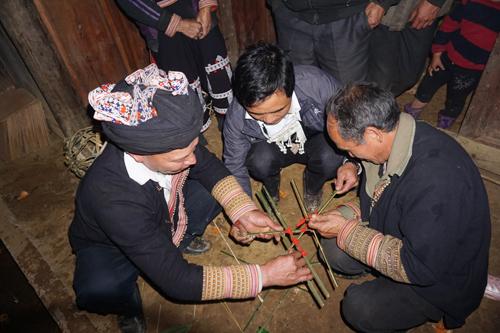 Người chủ trì lễ cưới vót tre nứa làm mũ đội đầu cho cô dâu.