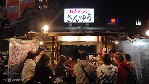 """Những tiệm mì """"túp lều"""" luôn đông khách từ khoảng 22h. Ảnh: Phong Vinh."""