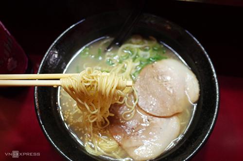 Mì ramen Hakata là món ăn du khách không thể bỏ qua khi ghé thăm Fukuoka. Ảnh: Phong Vinh.
