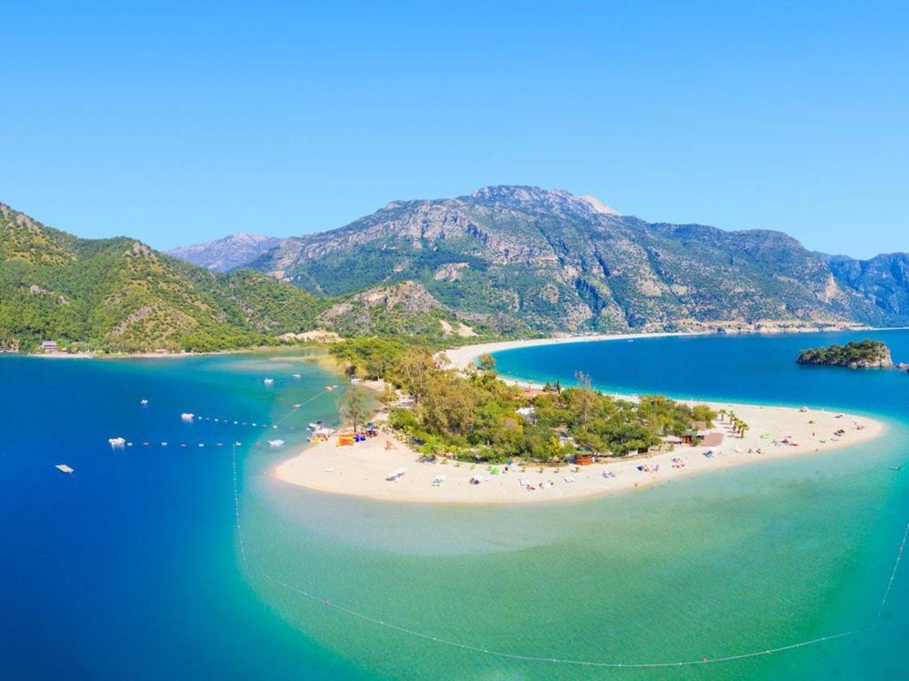 Thổ Nhĩ Kỳ: Aegean, khu vực ven biển của Thổ Nhĩ Kỳ, nổi tiếng với biển xanh biếc, những bãi cát bí mật, quán bar và club dành riêng cho khách hàng hạng sang muốn tìm kiếm trải nghiệm khác biệt. Ảnh: Busines Insider.