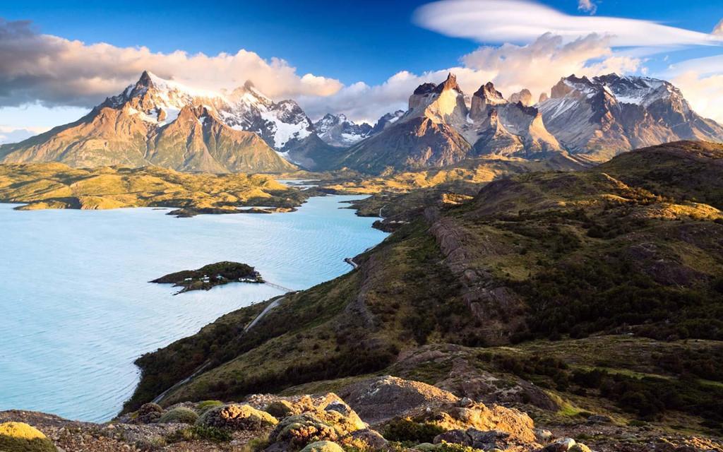 Chile: Quốc gia này được biết tới với lịch sử lâu đời, văn hóa đặc trưng và khung cảnh hùng vĩ. Đây cũng là điểm đến được lòng du khách hạng sang, với những khách sạn 5 sao nhìn ra thiên nhiên choáng ngợp. Ảnh: Travel&leisure.