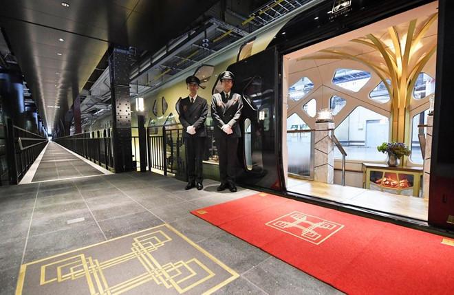 Nhật Bản: Đảo Honshu của Nhật có nhiều điểm nhấn cho du khách hạng sang, từ tắm suối nước nóng tới trượt tuyết ở Nagano. Bạn cũng có thể khám phá xứ sở hoa anh đào bằng tàu The Twilight Express Mizukaze, với giá phòng cao nhất khoảng 22.000 USD cho chuyến đi 3 ngày, 2 đêm; hoặc tàu Shiki-Shima với trần kính và phòng suite. Ảnh: Popsugar.