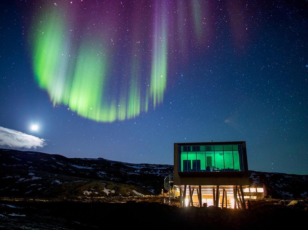 Iceland: Hòn đảo này đem lại nhiều trải nghiệm giá trị, từ cơ hội ngắm nhìn Bắc cực quang tới khám phá những hang băng lộng lẫy, thác nước khổng lồ và bãi biển cát đen. Du khách có thể nghỉ lại khách sạn thám hiểm hạng sang ION, thưởng thức những món ăn bản địa và tiếp xúc với nền văn hóa độc đáo nơi đây. Ảnh: Life & Soul Magazine.