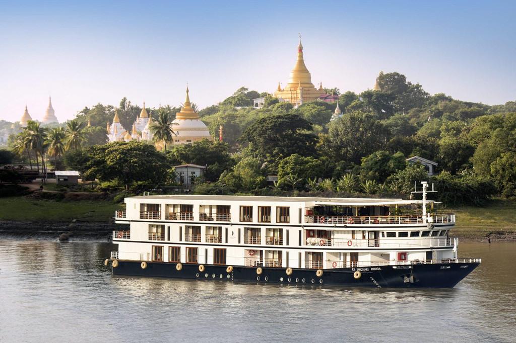 Myanmar: Đất nước xinh đẹp này không chỉ có những di tích lịch sử ấn tượng, mà còn có nhiều trải nghiệm sang trọng dành cho du khách. Bạn có thể đi thuyền dọc sông Irrawaddy từ Yangon đến Bagan và Ngapali, một bãi biển được nhiều người yêu thích. Đến chùa Schwedagon ở Yangon, du khách có thể tham gia lễ dâng áo với các nhà sư trong chùa. Ảnh: Moon Tours.
