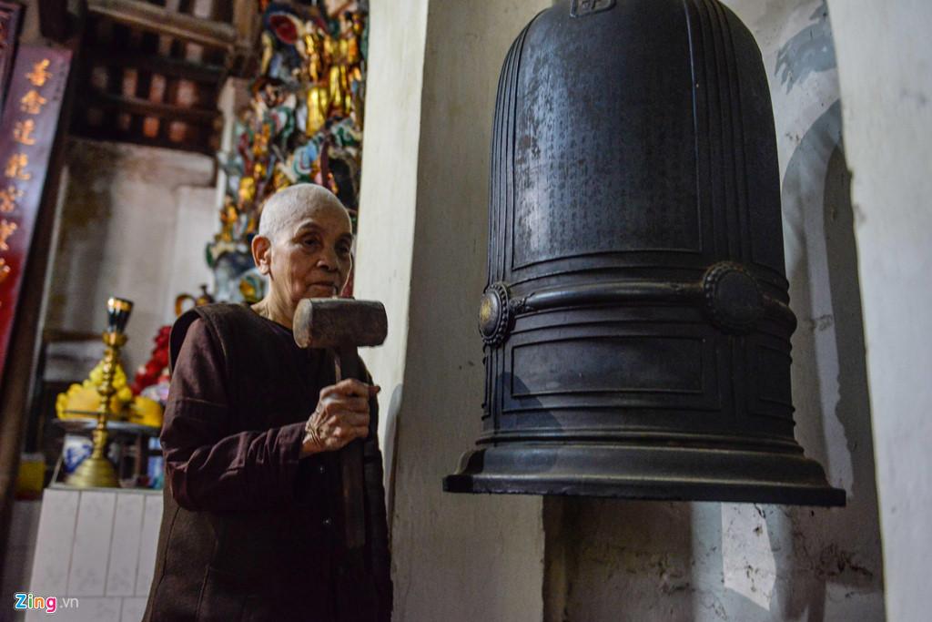 Cụ Thích Đàm Chỉnh (88 tuổi) tu hành trong chùa Bà Đanh từ nhỏ, giờ đây, hàng ngày vẫn làm công việc quét dọn. Hiện có 3 nhà sư tuổi cao trông coi chùa.