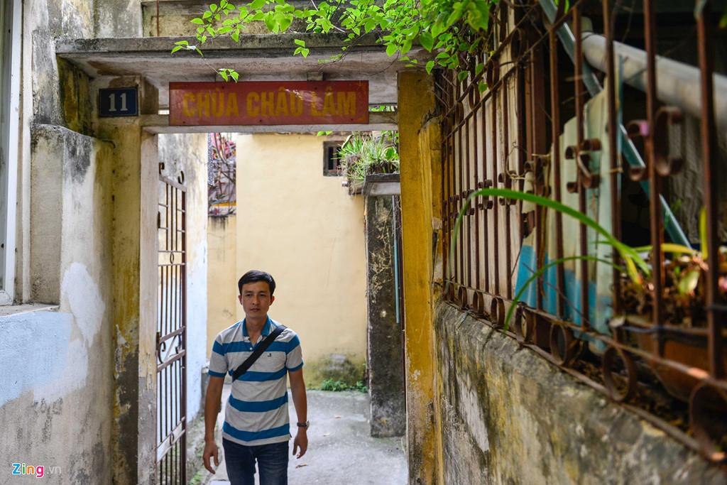 Lối vào chùa khá nhỏ, cổng có đánh số nhà.