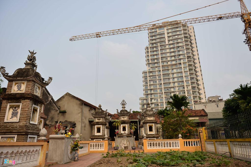 Chùa rộng hơn 4.000 m2, nằm ngay trong lòng phố sầm uất. Bên cạnh đó, một tòa chung cư mọc lên nhưng chùa vẫn giữ được cho riêng mình một vẻ trầm mặc, yên tĩnh.