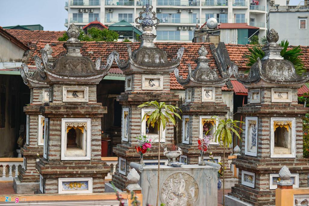 Mặc dù nằm trên con phố nổi tiếng của Hà Nội, thuận đường đi lại, ngôi chùa vẫn luôn vắng vẻ cả ngày thường lẫn rằm, mùng một.
