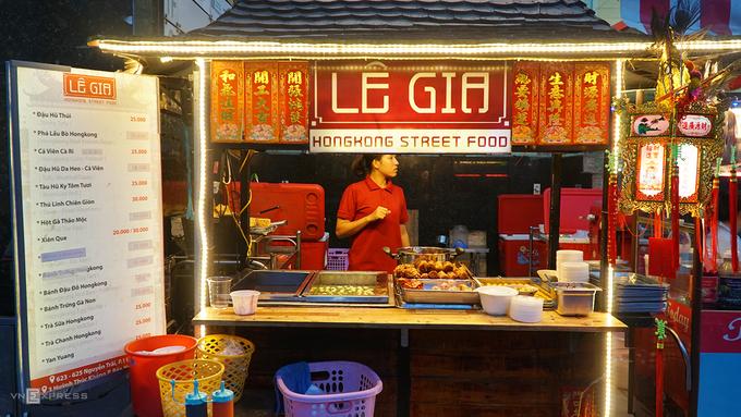 Quán trên đường Nguyễn Trãi, quận 5 là một trong những địa chỉ nổi tiếng ở TP HCM chuyên phục vụ món ăn nặng mùi này. Quán mở cửa đã hơn 3 năm, chỉ phục vụ khách từ 18h mỗi ngày.
