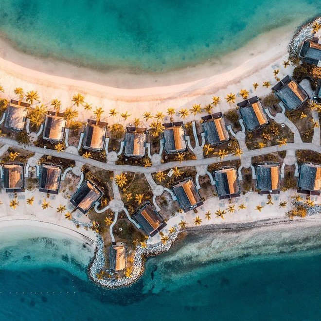Hầu hết chỗ ở đều cung cấp dịch vụ cao cấp, hoàn hảo với các tiện nghi đẳng cấp thế giới, có tầm nhìn hướng ra khung cảnh biển nhiệt đới tuyệt đẹp. Ngoài ra, quần đảo Fiji còn xây dựng rất nhiều điểm tham quan để du khách vui chơi, giải trí... Ảnh: Glorioushotels, Myholidaycentre.
