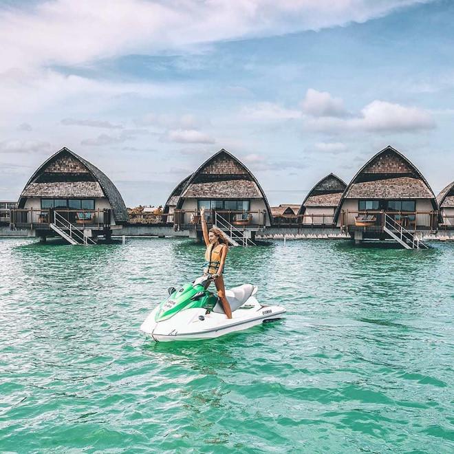 Với nền nhiệt trung bình rơi vào khoảng 23-30 độ C, thời tiết tuyệt đẹp đã cung cấp điều kiện lý tưởng để bạn có thể tham gia trải nghiệm đáng nhớ. Đến đây, bạn có thể trải qua những ngày hè thư giãn dưới tán cây dừa, tung tăng trên những bờ biển trong vắt, tham gia các môn thể thao dưới nước như lướt sóng, chèo thuyền kayak và đắm mình tắm nắng dưới ánh mặt trời nhiệt đới. Ảnh: Lisahomsy, Weekends.id.
