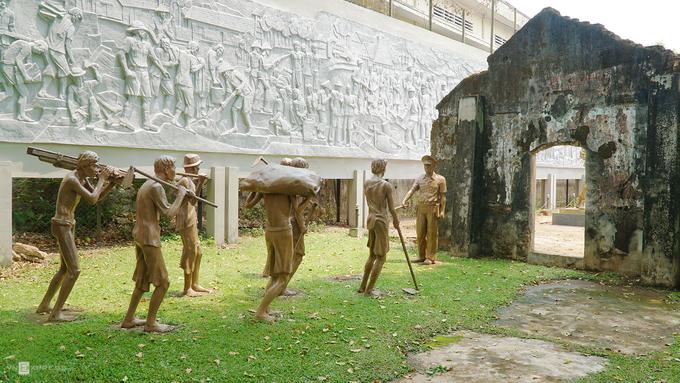 Trước khi tù chính trị nổi dậy giải phóng nhà lao vào năm 1975, đây là nơi Pháp và Mỹ giam cầm những người yêu nước, thực hiện nhiều hành động tra tấn dã man.