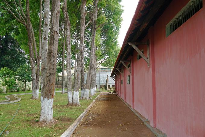 Nhà lao Pleiku có 18 phòng giam và 2 chuồng cọp. Mỗi phòng có diện tích 10 m2 với 2 ô cửa nhỏ nhưng giam đến 120 người.