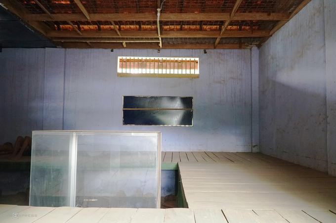 Phòng số 5 chia thành 8 xà lim, mỗi xà lim rộng 1,6 m, dài 2 m. Trong đó có 2 xà lim chẹt chỉ rộng khoảng 0,5 m, mỗi phòng có một tấm ván gỗ chia thành 2 tầng. Người bị nhốt bên trong những phòng này thường bị ngất vì thiếu không khí để thở và tra tấn bằng nhiều hình thức.