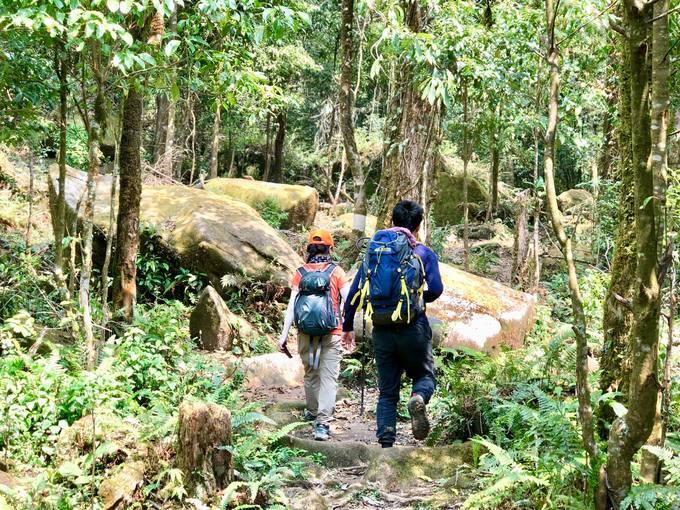 Từ xã Tả Lèng, du khách phải men theo những con đường mòn để chinh phục đỉnh.