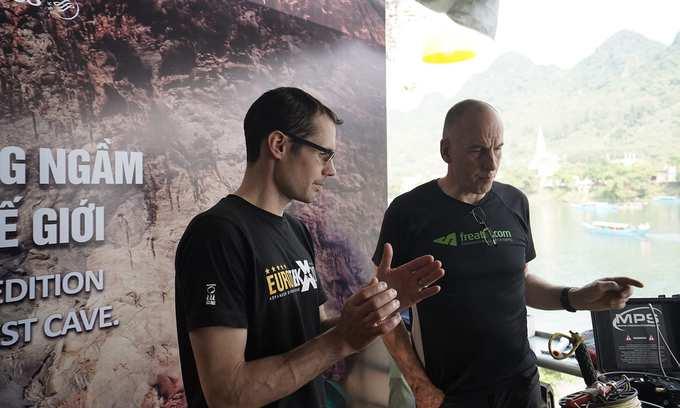 Ngày 31/3, Ban quản lý Vườn quốc gia Phong Nha - Kẻ Bàng phối hợp với Công ty Oxalis chia sẻ kế hoạch lặn khảo sát, thám hiểm sông ngầm trong hang Sơn Đoòng - hang động lớn nhất thế giới. Những người thực hiện là nhóm năm chuyên gia lặn hang động người Anh, trưởng nhóm là ông Martin Horoyld, chuyên gia của Hiệp hội Hang động Hoàng gia Anh (BCRA), ba thành viên khác thuộc top 5 chuyên gia lặn hang động giỏi nhất thế giới và một điều phối viên thiết bị.  Các thợ lặn cho biết nhóm trang bị nhiều thiết bị chuyên dụng như đèn pin, máy quay phim dưới nước, dây thừng, bình khí... Toàn bộ thiết bị được chuyển sang từ Anh, nặng hàng trăm kg. Mỗi chuyến lặn có chi phí ước tính 53.000 USD.