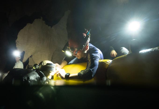 """Rick Stanton, thành viên từng giải cứu đội bóng nhí Lợn Hoang ở Thái Lan, cho hay: """"Tháng 3-4 là khoảng thời gian thích hợp nhất để lặn, mực nước sông trong hang xuống thấp, thời tiết mát mẻ và cho tầm nhìn dưới nước tốt"""". Do điều kiện địa lý đặc biệt, hang Sơn Đoòng sở hữu hệ thống khí hậu riêng, với những đám mây hình thành từ sông ngầm chảy bên dưới."""
