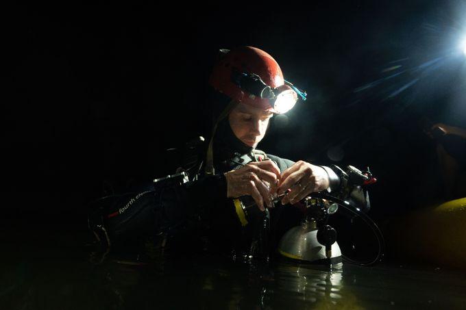 Cuộc lặn này vì thế mất nhiều giờ hơn, phần lớn thời gian dành cho việc giảm áp (thợ lặn dừng lại ở các độ sâu trong một khoảng thời gian trước khi trở lại mặt nước để cơ thể kịp thích nghi với áp suất). Sự kiện này cũng trở thành cuộc lặn hang động sâu nhất ở Việt Nam từ trước đến nay.