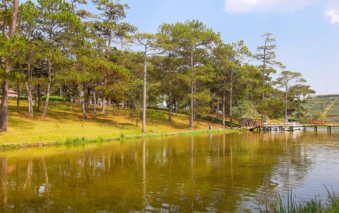 """Ban đầu, hồ có tên là """"Lac des Soupirs"""", trong đó """"lac"""" là hồ, còn """"soupirs"""" là tiếng gió thổi trong rừng.  Năm 1956, hồ được đổi tên thành Than Thở. Sau năm 1975, hồ lại đổi tên thành Sương Mai, nhưng người dân Đà Lạt mỗi khi nhắc đến nơi đây đều gọi là hồ Than Thở. Nên sau đó hồ được khôi phục tên cũ vào năm 1990."""