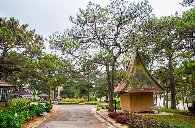Từ năm 1997, khu vực hồ và rừng thông bao quanh được xây dựng thành khu du lịch, thu hút nhiều du khách khi đến Đà Lạt.