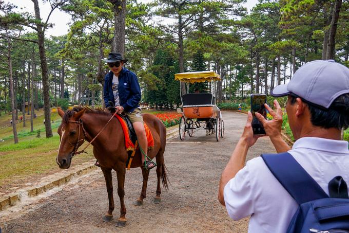 Ngoài dạo bộ, du khách còn được trải nghiệm cảm giác cưỡi ngựa dạo quanh hồ.