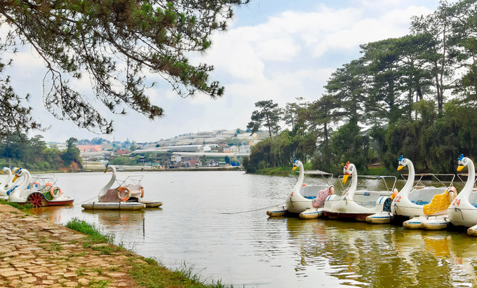 Những đôi cần không gian riêng tư có thể thuê thuyền đạp vịt ngắm cảnh hồ.
