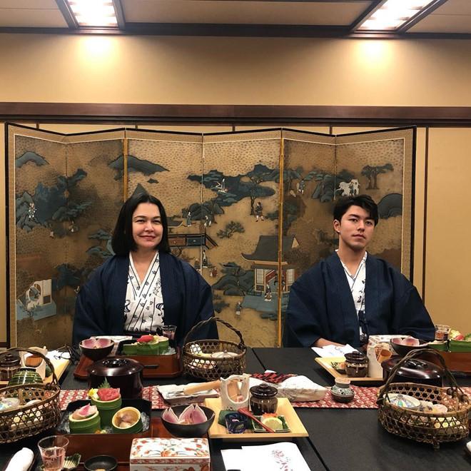 Bảo tàng hộp âm nhạc Otaru với nét kiến thời kỳ phục hưng cũng là một địa điểm check-in nổi tiếng mà Nine Naphat chọn dừng chân. Chuyến thăm Nhật Bản sẽ không trọn vẹn nếu bạn bỏ qua con đường Sushi ở Otaru và thưởng thức món ăn này.