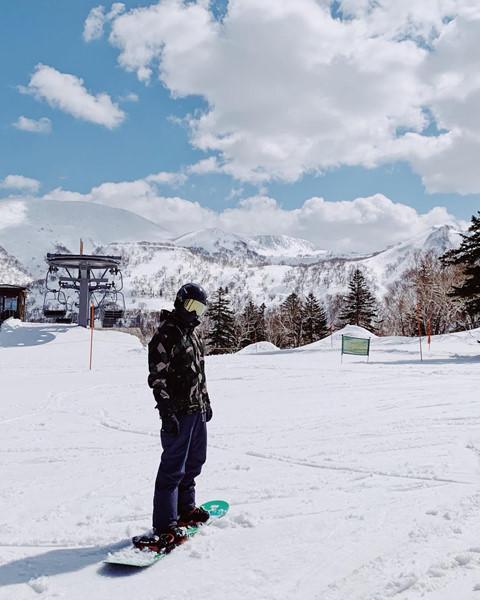 """Sapporo: Nhắc đến Sapporo, người ta thường nói đến tuyết. Nơi đây là thánh địa cho những người thích tuyết bột và môn thể thao trượt tuyết. Nam diễn viên có trải nghiệm trượt tuyết và mang về những bức ảnh sống ảo """"cực nghệ"""" tại Sapporo."""